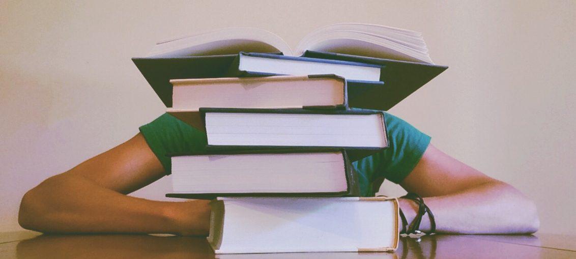 En sliten student og pensumbøker